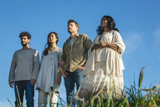 Erkenntnis: Mack (Sam Worthington, 2.v.r.) sieht die Menschen mit Hilfe von Gott (Octavia Spencer, r.), Jesus (Avraham Aviv Alush l.), und dem Heiligen Geist (Surime, 2.v.l.) mit anderen Augen