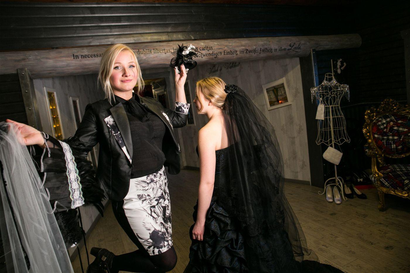 """Im Spezial-Geschäft """"Cynderella Dreams"""" bietet Natascha ungewöhnliche Brautmode an."""