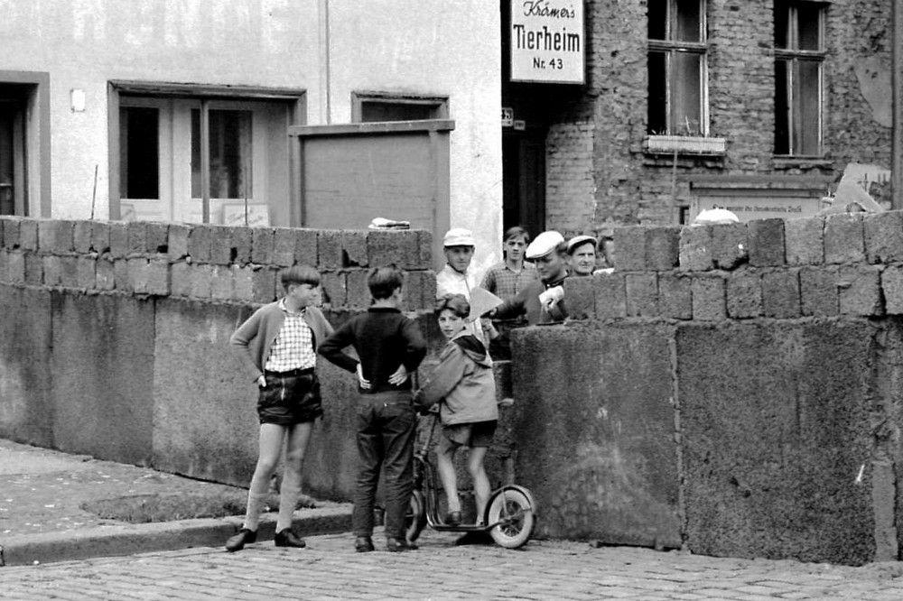 Bauarbeiter vermauern die letzten Hohlblocksteine, um auch diese Berliner Straße abzuriegeln. Noch ahnt niemand, wie lange die Mauer stehen wird.