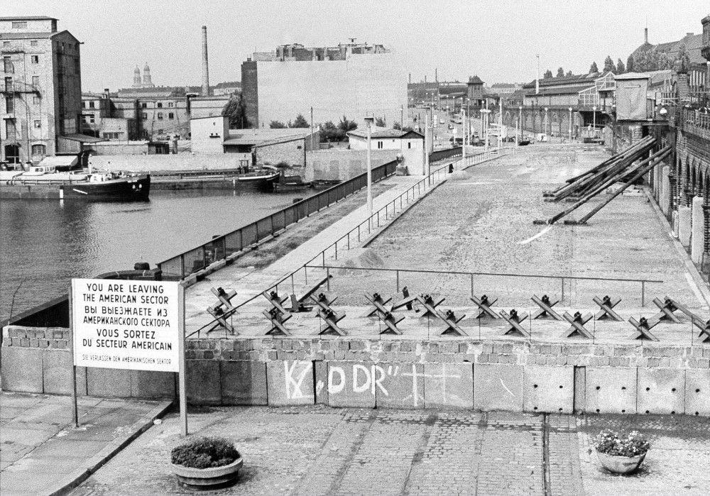 Blick vom amerikanischen Sektor über die Mauer an der Oberbaumbrücke (1963).