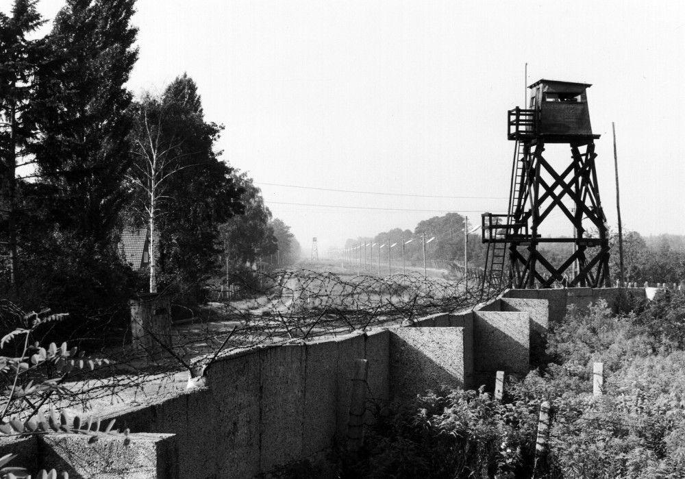 Typische Sperranlage: Mauer mit Stacheldraht und hölzernem Wachturm (1963).