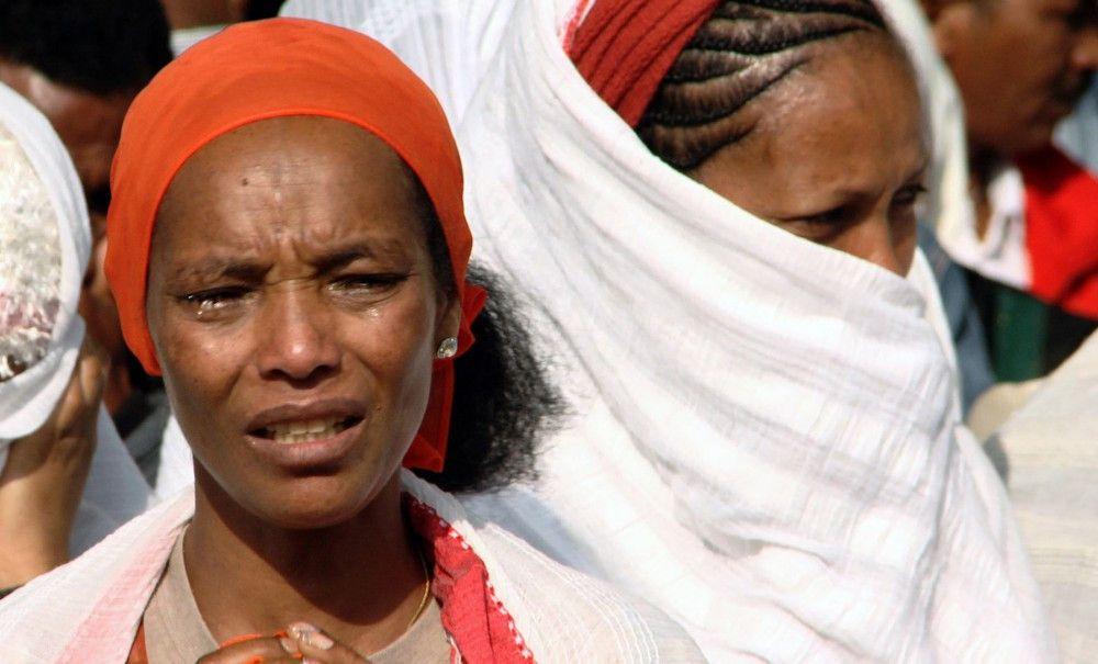 Ihnen bleiben nur die Tränen der Trauer: Machtlos müssen die eritreischen Flüchtlinge miterleben, wie ihre Angehörigen in den Folter-Camps an der israelisch-ägyptischen Grenze im Sinai misshandelt werden.