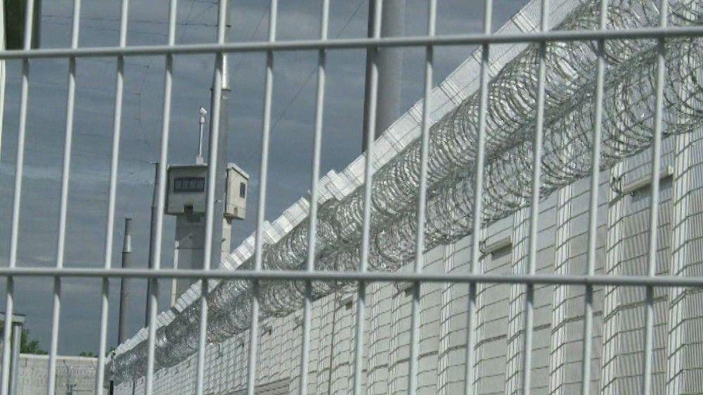Immer wieder stehen Gefängnisse im Fokus des öffentlichen Interesses. Hier der klassische, geschlossene Vollzug: hohe Mauern, vergitterte Fenster und ständige Überwachung.