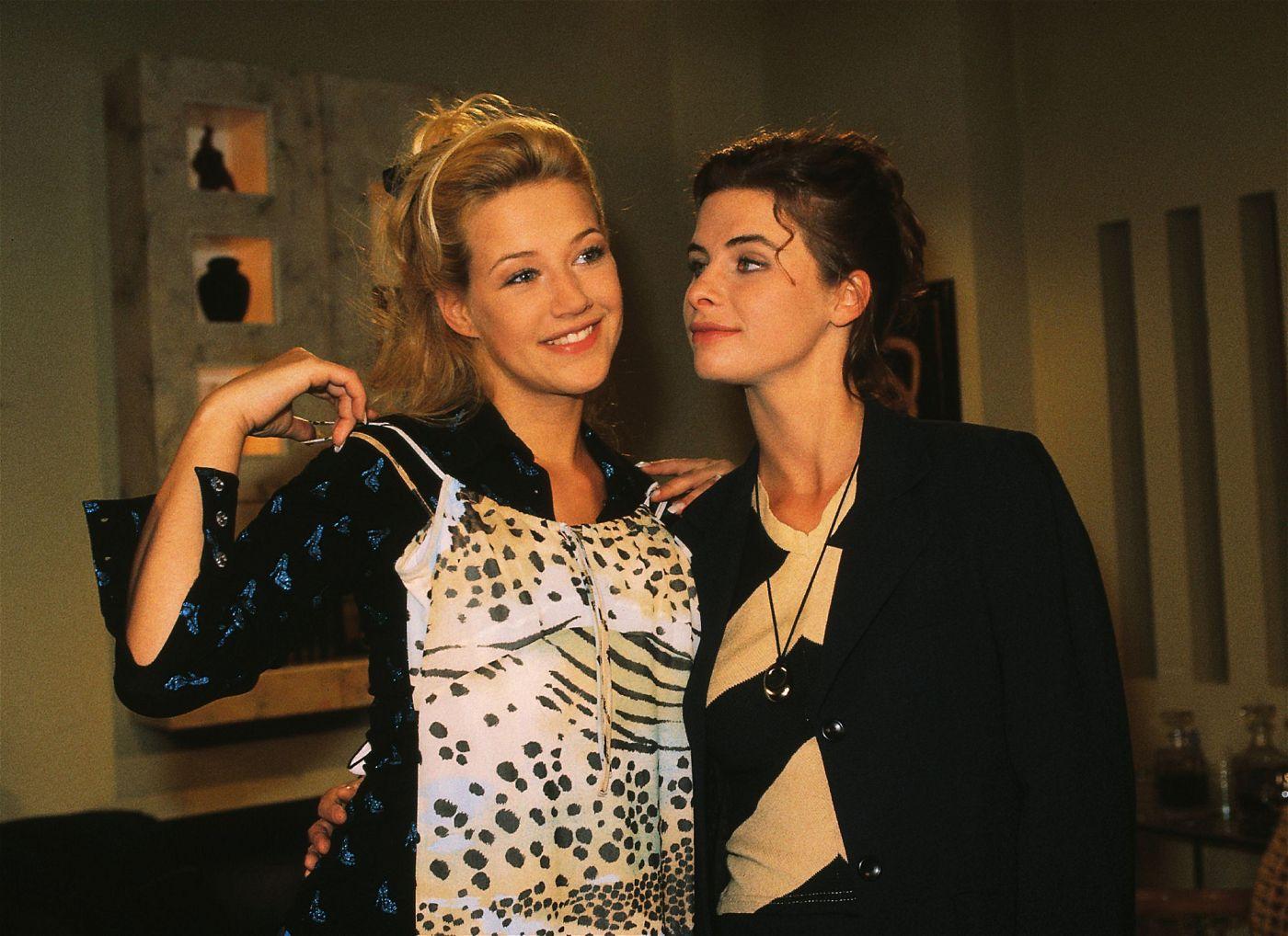 """Schauspielerin Alexandra Neldel, hier links im Bild, zeigte sich im Juli 1997 nackt im """"Playboy""""."""