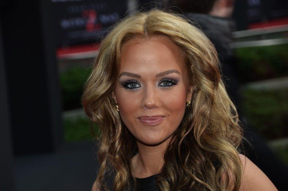 """Kim """"Gloss"""" Debkowski wurde 2010 durch ihre Teilnahme an der Casting-Show """"Deutschland sucht den Superstar"""" bekannt und war seitdem immer wieder in diversen (Trash-)TV-Formaten zu sehen. 2015 war sie in der Mai-Ausgabe des """"Playboys"""" auf dem Titelbild zu sehen."""