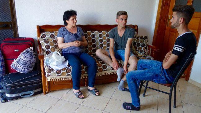 Elidor und Elton suchen mit ihrer Mutter nach einer Lösung.