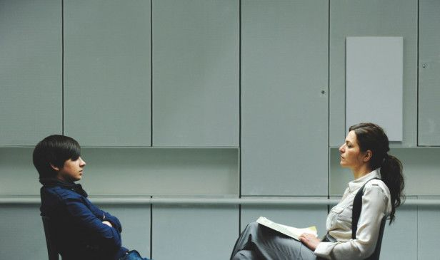Kriminalpsychologin Claudia Meinert (Martina Gedeck) verhört den Entführer Leon (Markus Krojer)