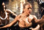 Tommy (Charley Boorman) hat sich im Dschungel verirrt. Ein Indianerstamm nimmt ihn auf