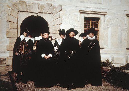 Wallenstein (Rolf Boysen, Mitte) mit seinem Gefolge
