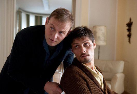 Leben mit dem Tod - Fritjof (Devid Striesow, l.) und sein totkranker Freund Hannes (Stipe Erceg)