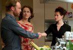 Anne (Claudia Michelsen, M.) ahnt nicht, dass sich ihr Ehemann Peter  (Mark Waschke) und ihre Freundin Carolin  (Melika Foroutan, r.) bereits kennen