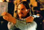 Wild Bill (Jeff Bridges) übt sich im Spiegelschießen
