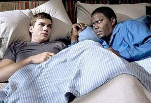 Schläft es sich gut in meinem Bett? Bernie Mac (r.) mit Ashton Kutcher