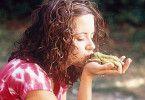 Mal schauen, was aus dem Frosch wird! Anja Knauer beim Kuss