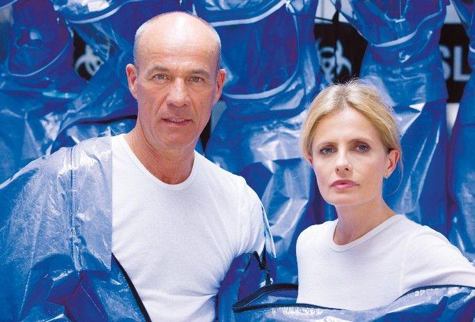 Firmengründer Oxenford (Heiner Lauterbach) mit seiner Geliebten (Isabella Ferrari)
