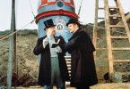 Barnum (Burl Ives, l.) und Dillworthy (Lionel Jeffries) streiten über die Eigenschaften des Mond-Projektils