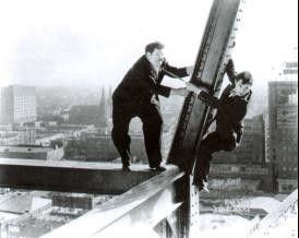 Gibt erst einmal meine Hose her, bevor du abstürzt! Oliver Hardy (l.) und Stan Laurel