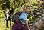 Der verkaterte Alfons (Günther Maria Halmer) bleibt der wanderlustigen Hannah (Gisela Schneeberger) auf den Fersen