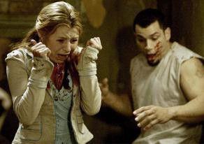 Laura (Beverley Mitchell) und Xavier (Franky G.) sind entsetzt