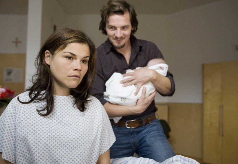 Der Vater (Felix Klare) ist glücklich, die Mutter (Katharina Wackernagel) nicht ...