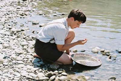 Toni (Lorenz Strasser) will unbedingt Gold im Fluss finden