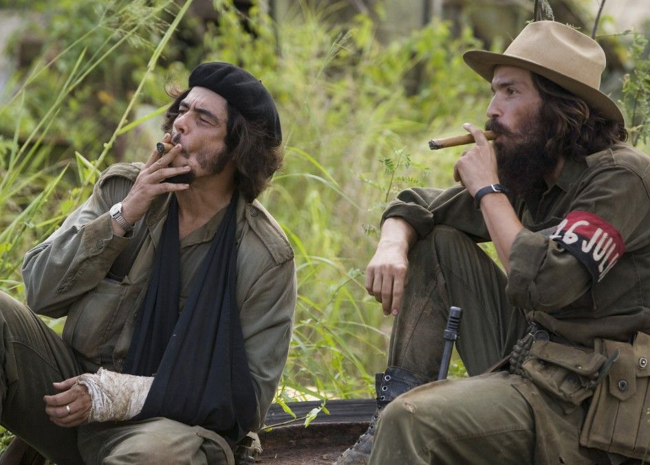 Trister Alltag im Kampflager: Benecio del Toro (l.) gönnt sich als Che eine Havanna