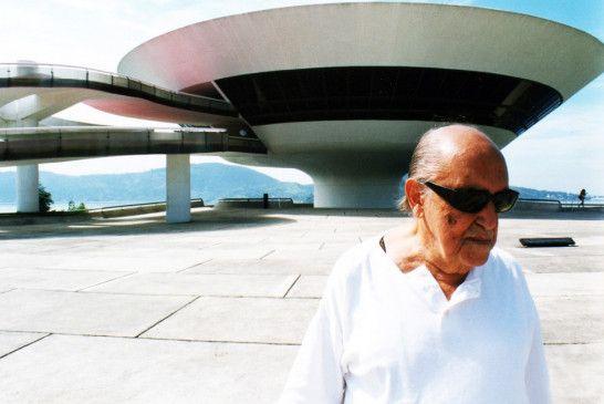 Oscar Niemeyer vor dem von ihm entworfenen Museum für Zeitgenössische Kunst in Niteroi