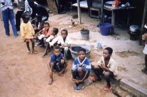 Die Kinder in Eugènes Heimatdorf an der  Elfenbeinküste ahnen noch nichts von der tödlichen  Bedrohung durch Aids