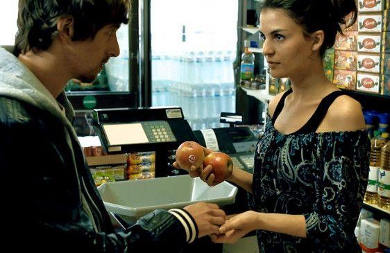 Behutsame Annäherung? Erik (Benedikt Blaskovic) und Najila (Teodora Djuric)
