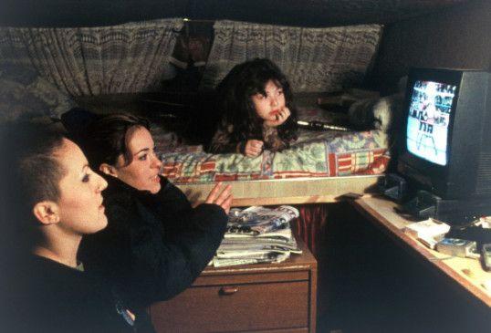 Drei Generationen vor dem TV: Babooska, ihre Mutter und ihre Tochter (v.l.)