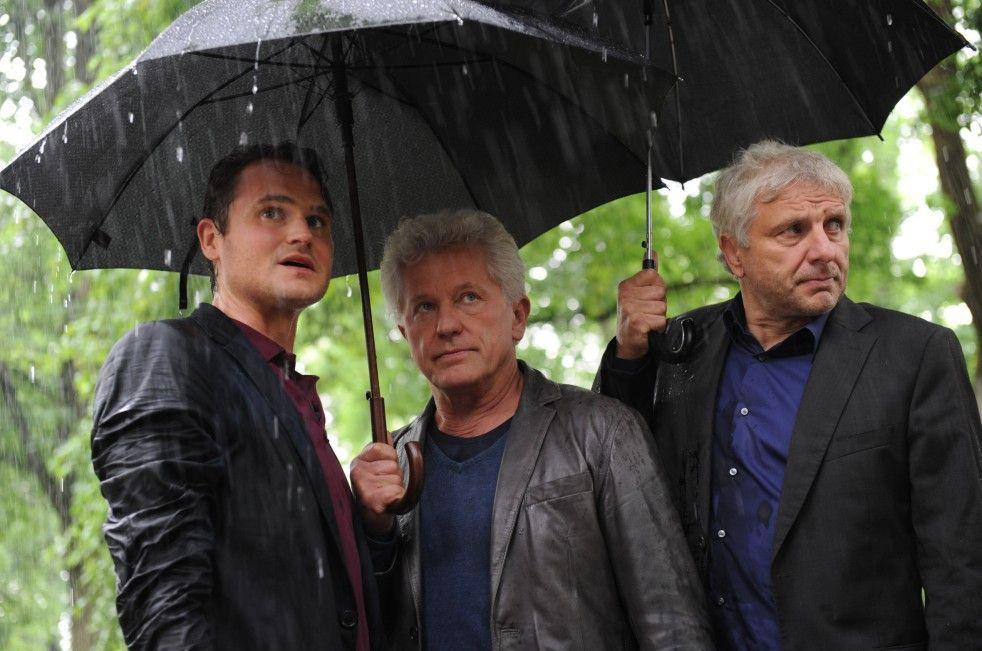 Schiefes Bild: Eigentlich bleiben Nemec und Wachtveitl immer unter einem Schirm und lassen Hinrichs (l.) im Regen stehen
