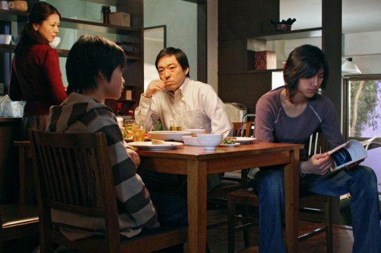Vater Ryuhei (Teruyuki Kagawa) im Kreis seiner Familie