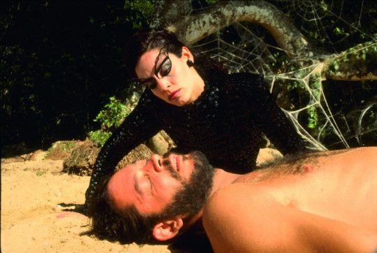 Gleich küsst sie ihn! Die Spinnenfrau (Sonia Braga) und Valentin (Raul Julia)