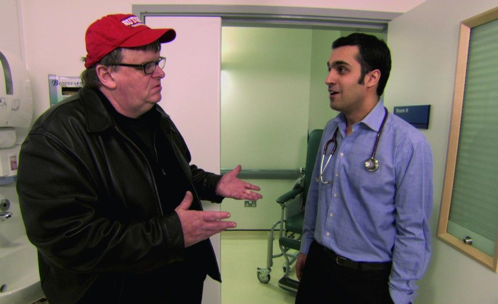 Michael Moore (l.) im Gespräch mit britischem Arzt
