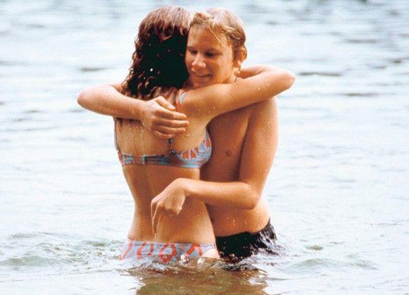 Erste Umarmung im Wasser: Oona Devi Lieblich und Robert Stadlober.