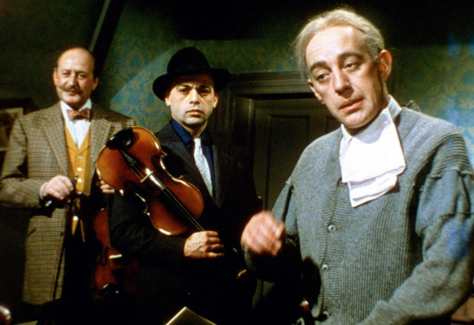 Ruhe, Jungens! Alec Guinness (r.) mit Herbert Lom (M.)