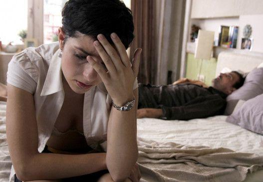 Luna (Zrinka Cvitesic) überlegt, wie sie ihre Beziehung mit Amar (Leon Lucev) retten kann