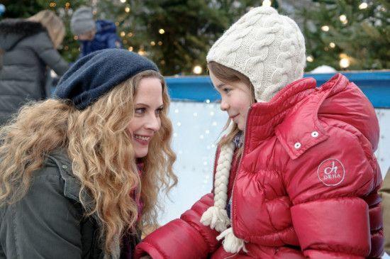 Miriam (Diana Amft) und Töchterchen Julchen (Lara Sophie Rottmann) beim vorweihnachtlichen Schlittschuhlauf