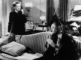 Lorraine Sheldon (Ann Sheridan, re.) will Maggie Cutler (Bette Davis) den Mann ausspannen