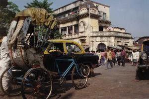 Straßenszene in Kalkutta. Im Hintergrund das Haus,  in dem Mutter Theresa starb