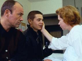 Mach meinen Sohn nicht an! Denkt Heiner Lauterbach  (l., mit Marek Harloff und Renate Krößner)