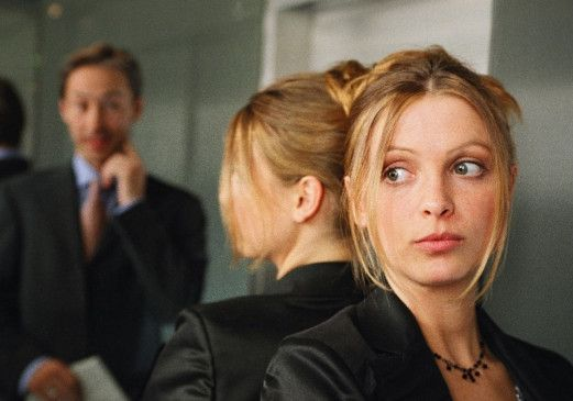 Nadine (Julia Brendler) fühlt sich in ihrem Aushilfsjob als Rezeptionistin nicht wohl