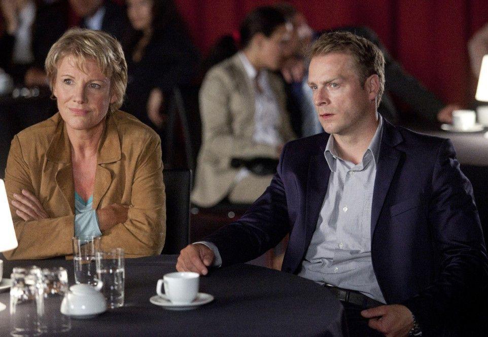 Marie Brand (Mariele Millowitsch) und Jürgen Simmel (Hinnerk Schönemann) beobachten eine Schach-Partie
