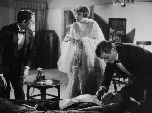 Stascha (Marlene Dietrich) kümmert sich um Henri (Uno Henning), der bei einer Auseinandersetzung mit Dr. Karoff bewusstlos geschlagen wurde