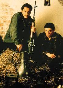 Freunden sich mit ihren Bewachern an: Oleg  Menschikov (l.) und Sergej Bodrov jr.
