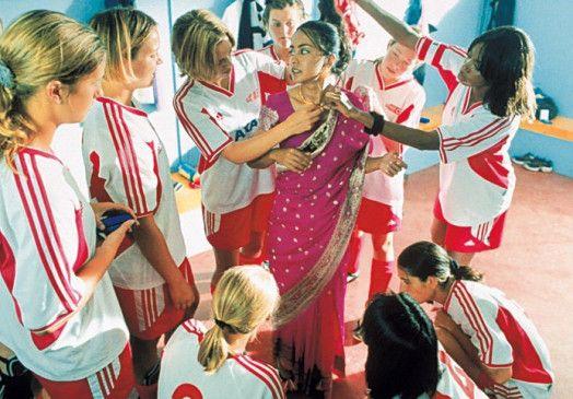 Parminder Nagra (M.) zieht die Blicke der Mannschaft auf sich
