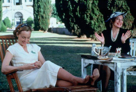 Mary (Kristin Scott Thomas. l.) hat Besuch von der Princess San Ferdinando (Anne Bancroft) bekommen