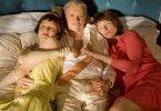 So richtig nett, ist's nur im Bett! Henry Hübchen zwischen Valerie Tscheplanowa (l.) und Corinna Harfouch