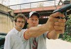 So geht man mit Waffen um! Wotan Wilke Möhring erklärt Lucas Gregorowicz die kriminelle Welt