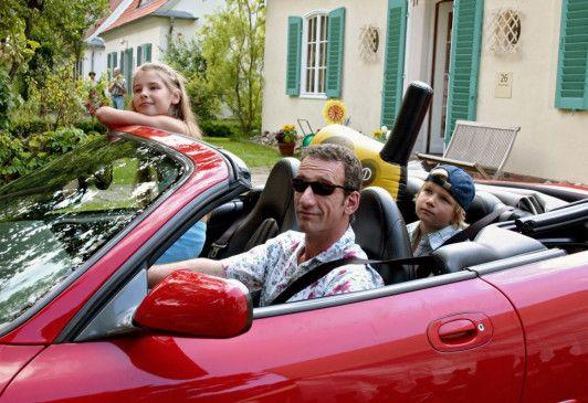 Peter Grainernapp (Heio von Stetten) macht mit seinen Kindern einen Ausflug im Luxus-Schlitten
